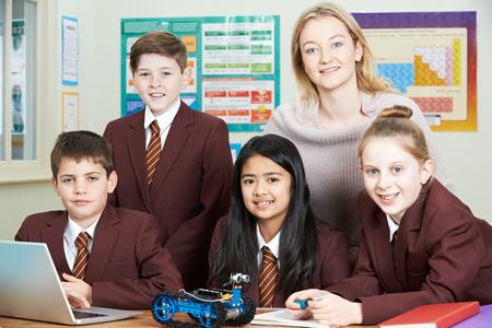 Leerlingen en leraar in Science les bestuderen Robotics