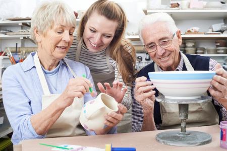 Senior Paar Met Leraar In Pottery Class Stockfoto