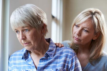 Ernstige Senior Vrouw Met Volwassen Dochter Thuis Stockfoto