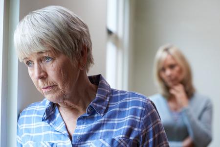 Ernst Ältere Frau mit erwachsener Tochter zu Hause Standard-Bild