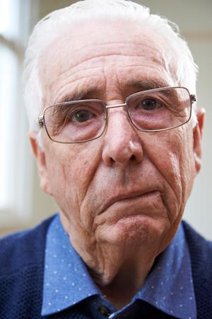 Retrato del hombre mayor que sufre de un accidente cerebrovascular