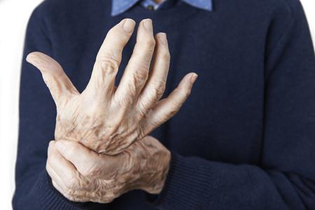 Cerca del hombre mayor que sufre con artritis