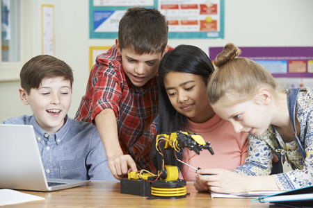 Leerlingen In Science les bestuderen Robotics Stockfoto