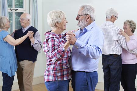 Groep Senioren genieten van Dancing Club Together