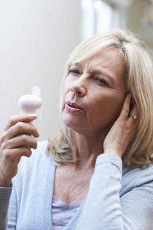Femme d'âge mûr Vivre Hot Flush de la ménopause Banque d'images - 74422864
