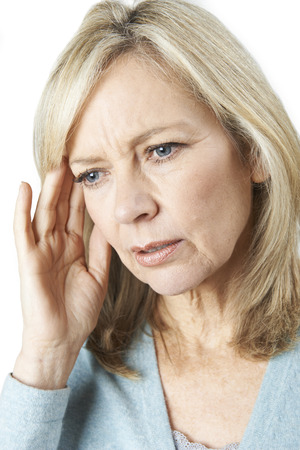 Starsza Kobieta cierpi z powodu utraty pamięci