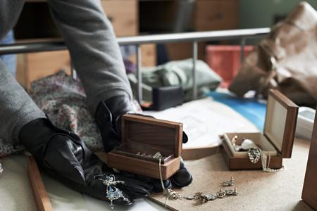 家の中に寝室から強盗窃盗アイテムで破る 写真素材