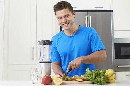 hombre comiendo: Hombre, atleta, fabricación, jugo, o, Smoothie, cocina Foto de archivo