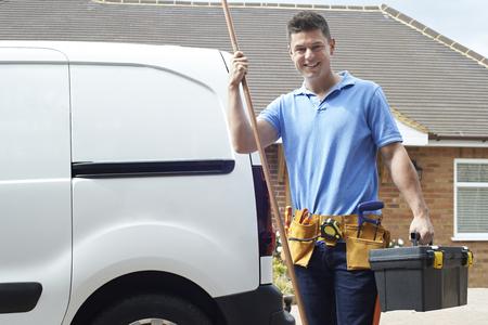 Portret van loodgieter met toolkit buiten huis Stockfoto - 81140586