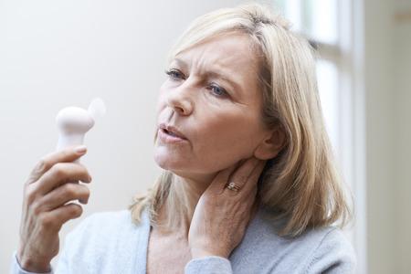 Starsza kobieta przeżywa gorączkę z menopauzy