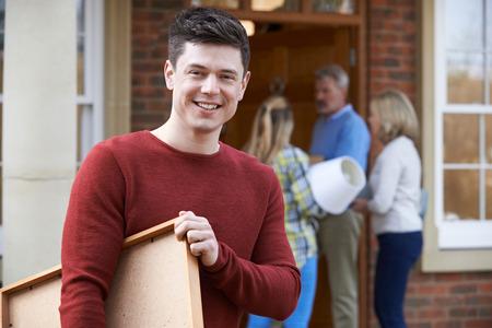 Les parents aident les enfants adultes à se déplacer dans la maison Banque d'images