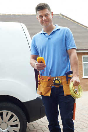 Portrait Of Electrician With Van Outside House Banque d'images