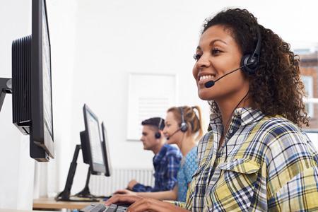 コール センターの女性の顧客サービス エージェント 写真素材