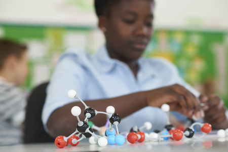 Female Pupil Using Molecular Model Kit In Science Lesson Banque d'images