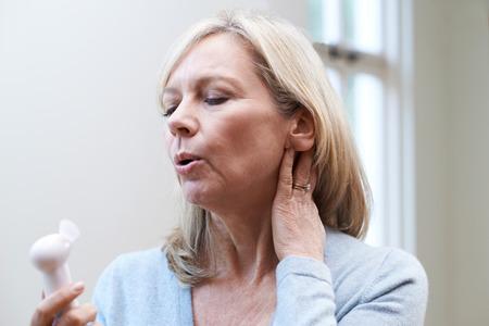 Rijpe vrouw die opvliegers ervaart tijdens de menopauze Stockfoto