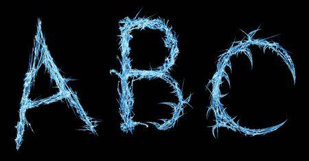 Eissplitter gefroren Alphabet drei Buchstabenformen abstrakt, horizontal, isoliert, über schwarz