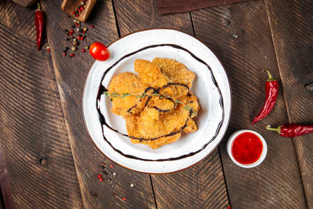 Top view on deep fried shrimps with sauce on the wooden table Фото со стока - 155701833