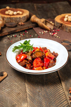 Side view on warm salad with eggplant beef and tomatoes Фото со стока - 155774845