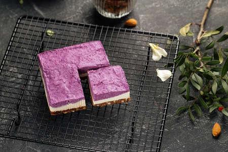 No bake eco-friendly blueberry cake on metal mesh tray Фото со стока