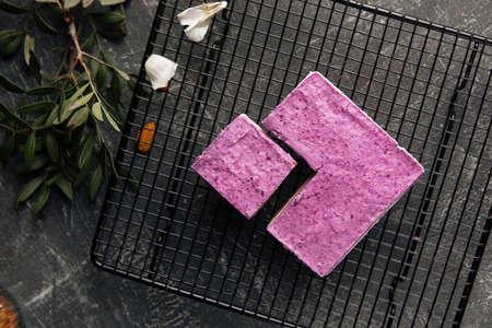 Top view on no bake eco-friendly blueberry cake on metal mesh tray Фото со стока