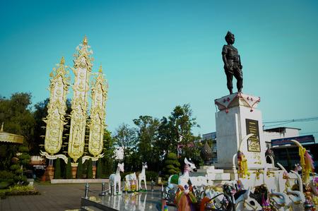 companionship: Rey Mangrai Monumento en Chiang Rai con el cielo azul Editorial
