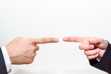 Wijzende vingers naar elkaar
