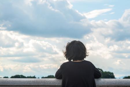 空と湖を見るアジアの女性 写真素材
