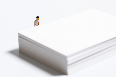 ホワイト ペーパーを見て実業家