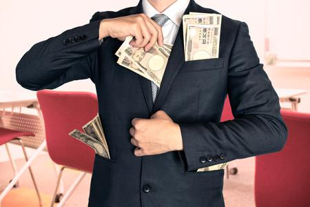 セミナーにお金を保持している実業家
