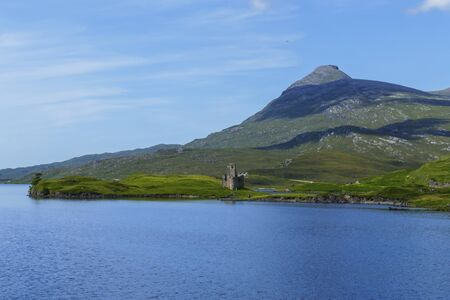 Decayed castle, Ardvreck Castle, on Loch Assynt in the Highlands of Scotland Reklamní fotografie