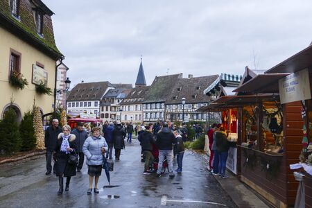 Christmas market, Marche de Noel in Weissenburg, Wissembourg, Alsace, France 에디토리얼