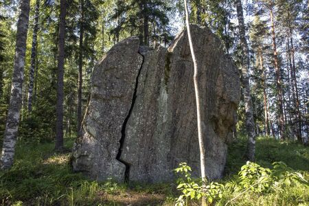 cracked boulder in the forest, Imatra Finland Imagens
