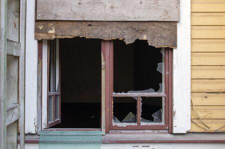 abandoned house with broken window Imagens - 131801000