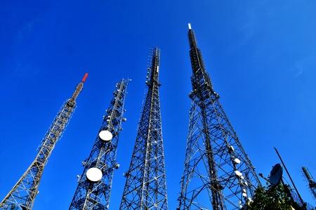 radiacion: Antena parab�lica con una alta cit� a un par de gran radio, televisi�n y tel�fono m�vil transmisor de la torre de Estambul Foto de archivo