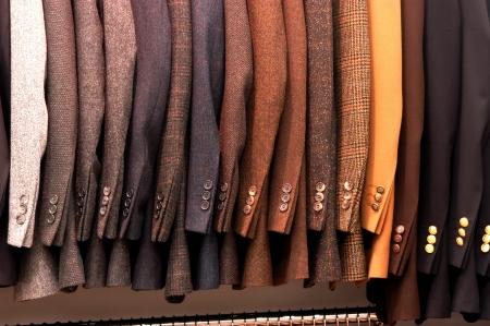 luxury goods: chaqueta de los hombres s colgado en la tienda