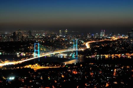 Istanbul Bosporus-Br�cke in der Nacht, der T�rkei
