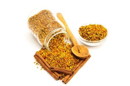 barra de cereal: El polen de abeja y la canela en el fondo blanco Foto de archivo