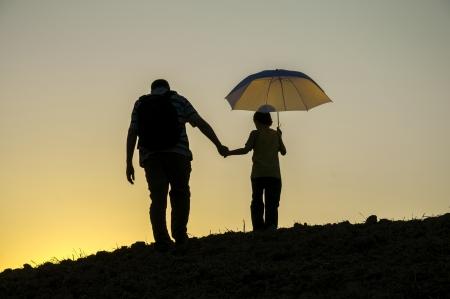 Vater und Sohn auf dem Gipfel Sonnenuntergang