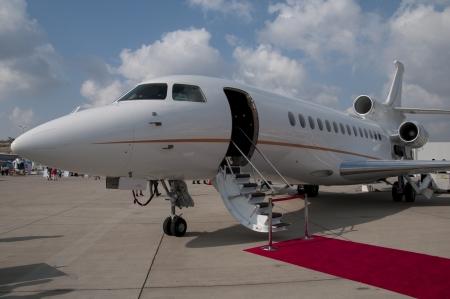 Leiter legte den roten Teppich private jet plane Editorial