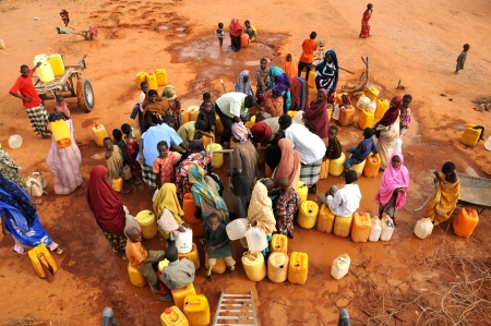 the thirst: persone in attesa di riempire d'acqua e la mensa