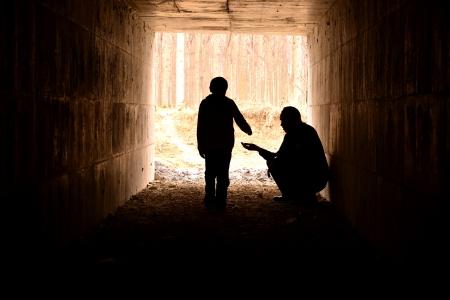 arme kinder: armer Mann und Kind Silhouette Lizenzfreie Bilder