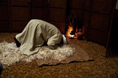 hombre orando: Hombre musulm�n orando solo, en postraci�n