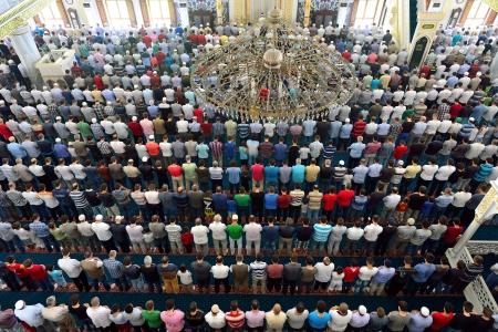 Muslime w�hrend Freitagsgebet in der Versammlung in der Masse