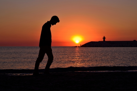 zu Fu� am Strand bei Sonnenaufgang verzweifelt depressiv junge