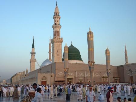 MEDINA, Saudi-Arabien KSA - 7. SEPTEMBER Muslime machen Sie sich bereit, innerhalb Nabawi Moschee 7. September 2010 in Medina beten, versammelten KSA Muslime zum Gebet um des Propheten s Moschee Editorial