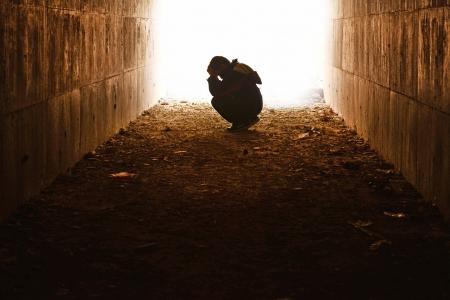 niño llorando: cabeza en el túnel esperando manos de niños de escasos recursos por sí solos Foto de archivo