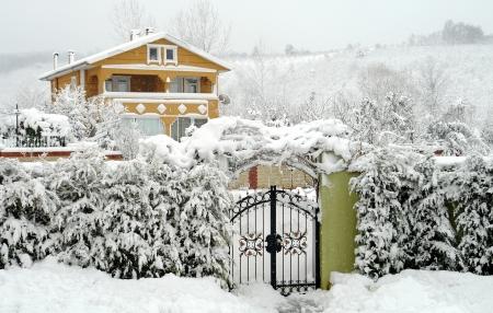 puertas de hierro: el paisaje de invierno y casas rurales de la zona