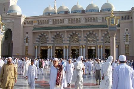 civilizing: Muslims gathered for worship Nabawi Mosque, Medina, Saudi Arabia