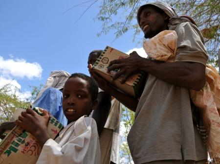 Dadaab, SOMALIA - 7. August Unbekannte Kind und Mann in den Fl�chtlingslager Dadaab Hunderttausende von Somalis leben auf Hilfe warten, weil der Hunger am August 7, 2011 in Dadaab, Somalia