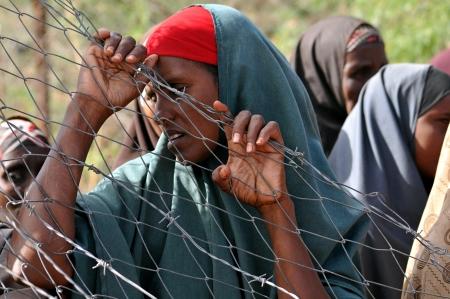 Dadaab, Somalië - 7 augustus Unidentified vrouw wonen in het Dadaab vluchtelingenkamp honderdduizenden Somaliërs wachten op hulp als gevolg van de honger op 7 augustus 2011 in Dadaab, Somalië Redactioneel
